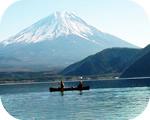富士山をバックにカヌー