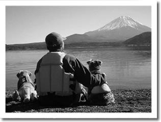 富士山をバックにケビン、ししたろ、パセリ