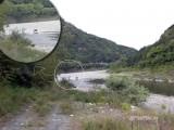 ジープが川を渡る